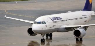 Lufthansa Airbus A320, photo by Dirk Vorderstraße on wikipedia.org