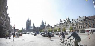 Vacanze in bici nelle Fiandre. Nella foto, Grand Place, Ypres (c) Westtoer