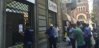 I truffati riuniti per protesta presso la sede della Lina Viaggi - fonte: La Stampa