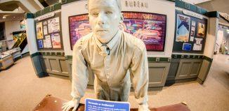 Statua dedicata all'agente di viaggio presso il Southwest Federal Center, Washington, District of Columbia. Foto di m01229 su Flickr.com