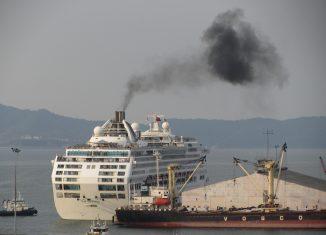 Pennacchio di fumo da una nave da crociere, foto di Jason Thien su flickr.com