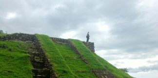 La piramide Maya del parco archeologico del Cihuatàn in El Salvador
