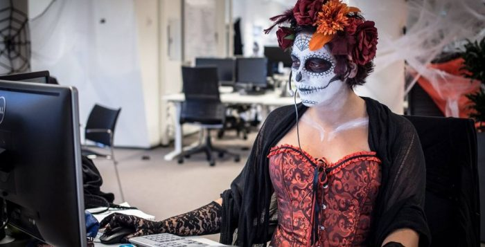 Halloween negli uffici di Booking.com, foto di Glassdoor.com