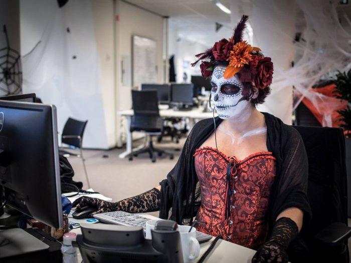 Halloween negli uffici di Booking.com, foto di Glassdoor.com