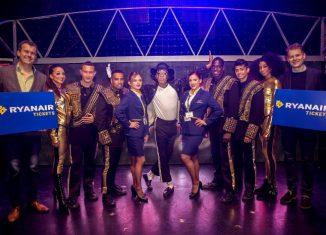 Greg O'Gorman e Mark McLaughlin con il cast di Thriller e il personale di bordo di Ryanair al lancio di Ryanair Tickets a Londra