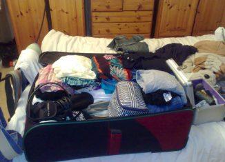 La valigia sul letto è quella di un lungo viaggio, foto di Nigel Cooke su Flickr